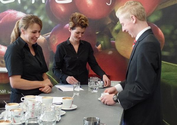 Julian Weide serveert de espresso's1